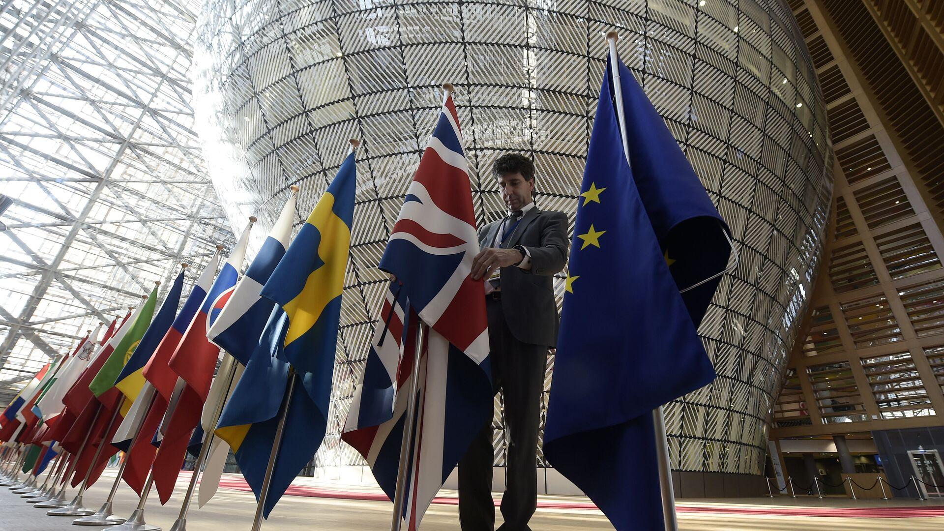 Флаги стран-участниц Евросоюза и Великобритании в здании штаб-квартиры ЕС в Брюсселе - РИА Новости, 1920, 29.04.2021