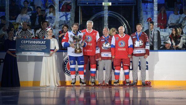 Президент РФ Владимир Путин во время церемонии награждения команды-победителя фестиваля перед началом гала-матча VI Всероссийского фестиваля Ночной хоккейной лиги