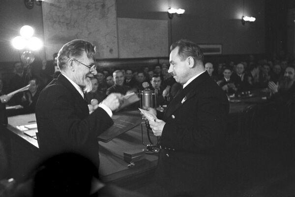 Председатель Президиума Верховного Совета СССР М.И. Калинин вручает грамоту Героя Советского Союза советскому полярному исследователю И.Д. Папанину