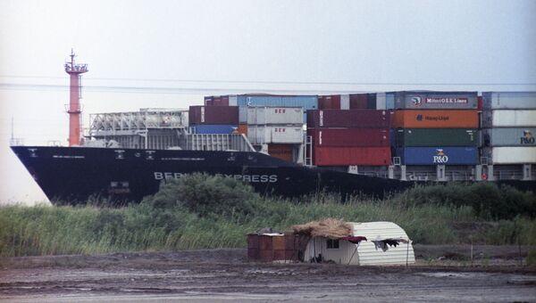 Грузовое судно в акватории Суэцкого канала