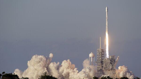 Старт ракеты Falcon 9 со спутником Inmarsat-5 F4 с космодрома на мысе Канаверал. 15 мая 2017