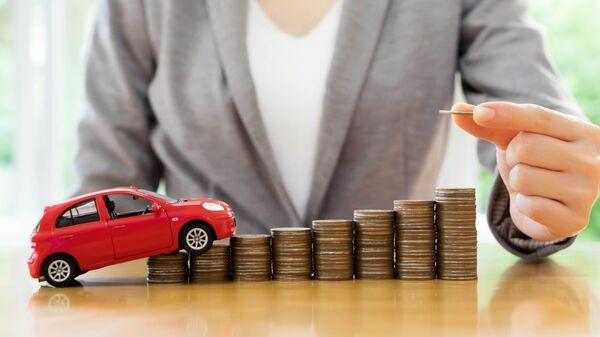 Игрушечный автомобиль и монеты