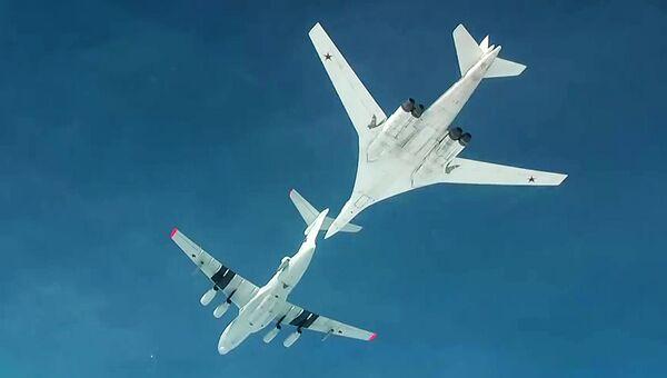 Дозаправка стратегического ракетоносца Ту-160. Архивное фото