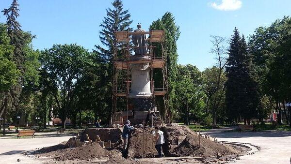 Работы по реконструкции постамента памятника Богдану Хмельницкому в Чернигове, Украина. Архивное фото
