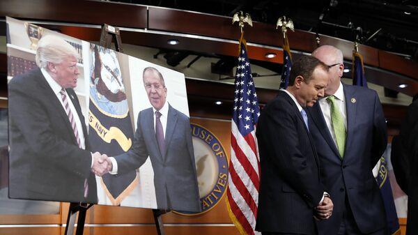 Член комитета палаты представителей по разведке демократ Адам Шифф рядом с фотографией Дональда Трампа и Сергея Лаврова