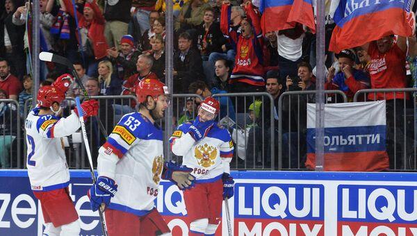 Игроки сборной России радуются заброшенной шайбе в полуфинальном матче чемпионата мира по хоккею 2017