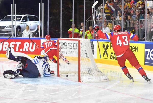 Вратарь сборной Финляндии Йоонас Корписало пропускает шайбу в матче за третье место чемпионата мира по хоккею 2017 между сборными командами России и Финляндии