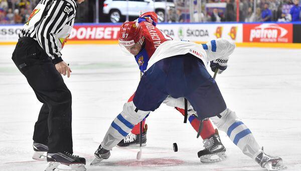 Розыгрыш шайбы в матче между сборными России и Финляндии