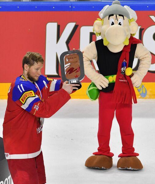 Игрок сборной России Сергей Андронов с Кубком за третье место чемпионата мира по хоккею 2017