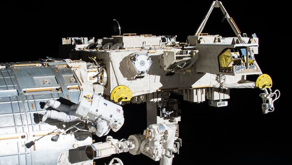Астронавт НАСА во время выхода в открытый космос. 12 мая 2017