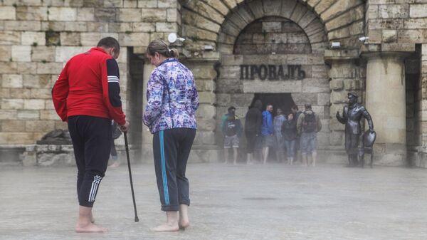 Жители Пятигорска и туристы на месте разлива озера Провал