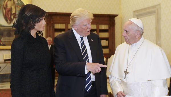 Президент США Дональд Трамп и первая леди Меланья Трамп во вермя встречи с Папой Римским Франциском. 24 мая 2017