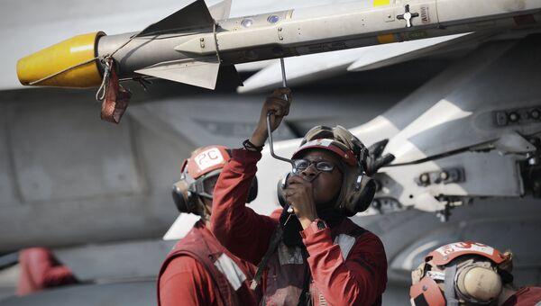 Моряки на палубе авианосца ВМС США George H.W. Bush в Персидском заливе. Архивное фото