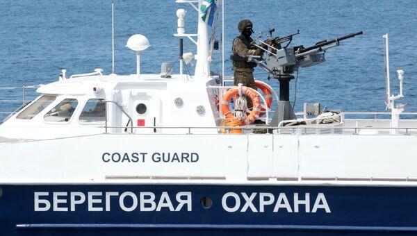 Судно береговой охраны во время проведения первого этапа тактико-специального учения Центра специального назначения (ЦСН) ФСБ России в Крыму