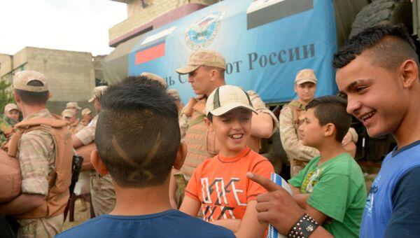 Российские военнослужащие раздают гуманитарную помощь сирийцам. Архивное фото