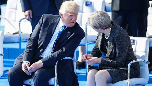 Президент США Дональд Трамп и премьер-министр Великобритании Тереза Мэй на саммите НАТО в Брюсселе