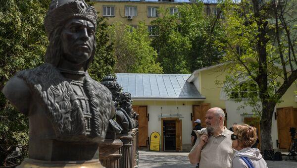 Посетители на открытии Аллеи Правителей в Москве