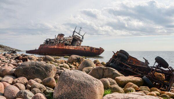 Остов океанографического исследовательского судна Леонид Дёмин у острова Гогланд в Финском заливе
