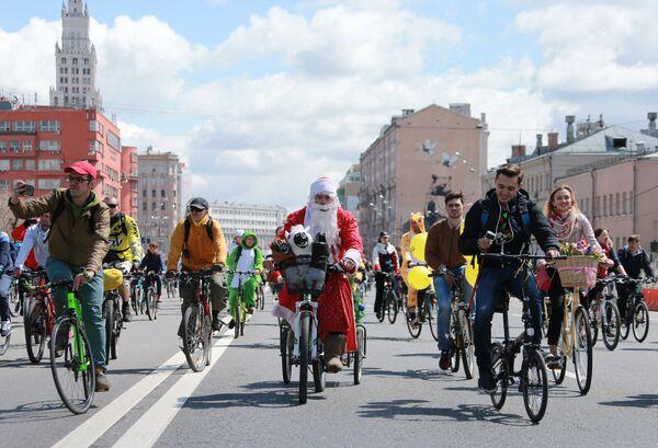 Участники пятого Всероссийского Велопарада на проспекте Сахарова в Москве
