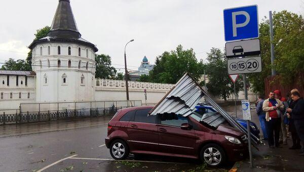 Автомобиль, пострадавший в результате урагана в Москве.