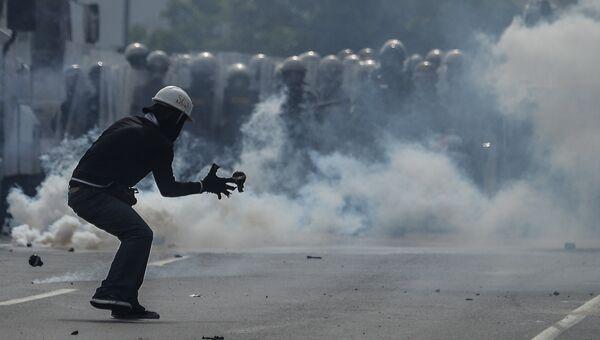 Столкновения демонстрантов с ОМОНом в Каракасе. Архивное фото