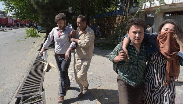 Пострадавшие на месте взрыва в Кабуле, Афганистан. 31 мая 2017