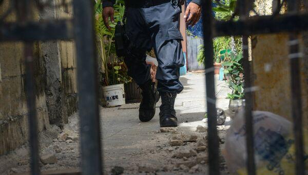 Полицейский рядом с местом нападения на россиянина Алексея Макеева в Канкуне, Мексика. 20 мая 2017