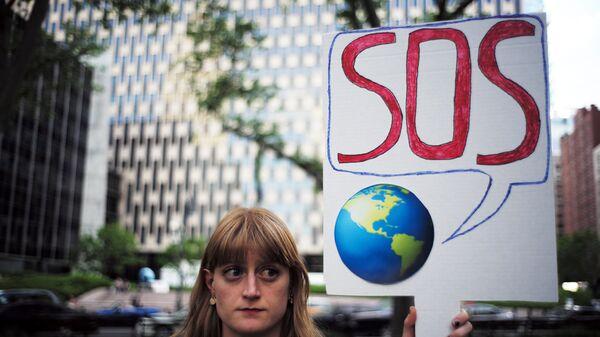 Участница протеста против решения президента Дональда Трампа по выходу США из Парижского соглашения. 1 июня 2017