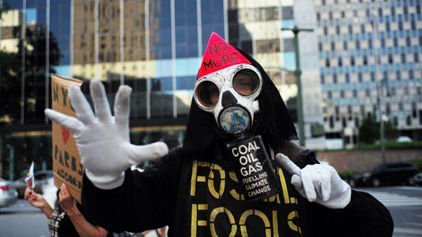 Участник протеста против решения президента Дональда Трампа по выходу США из Парижского соглашения. 1 июня 2017