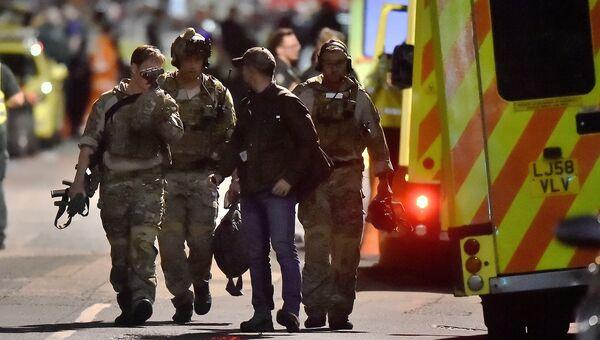 Сотрудники правоохранительных органов Великобритании на месте теракта на Лондонском мосту. 4 июня 2017