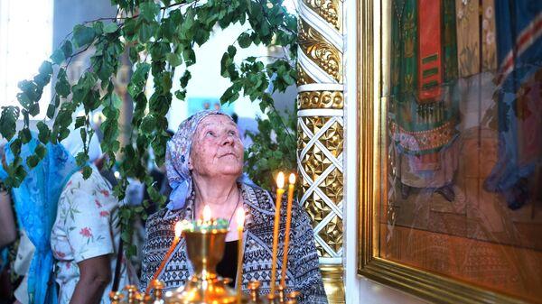 Прихожане в кафедральном соборе Рождества Христова в день праздника святой Троицы в Омске