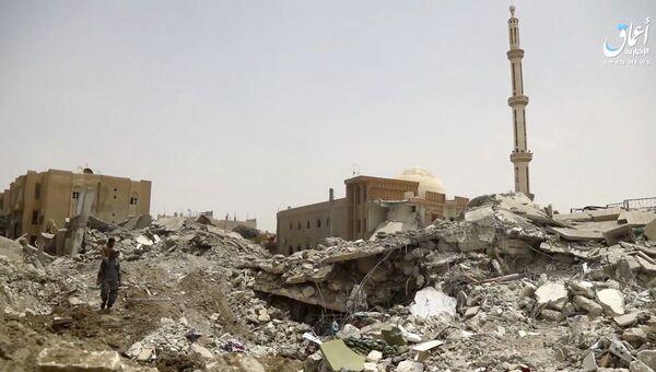 Последствия авиаударов коалиции во главе с США по позициям ИГ на севере Ракки, Сирия. Архивное фото