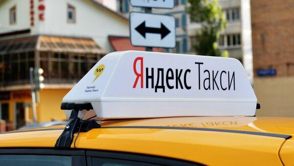 Световой короб на крыше автомобиля службы Яндекс.Такси. Архивное фото