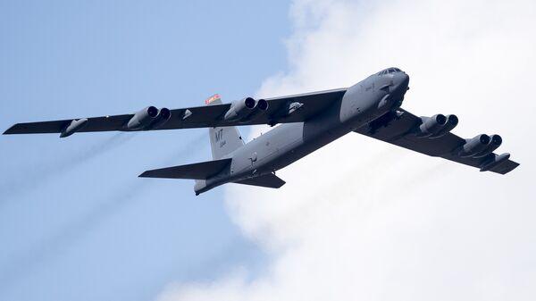 Американский бомбардировщик B-52 в воздушном пространстве Литвы во время учений НАТО