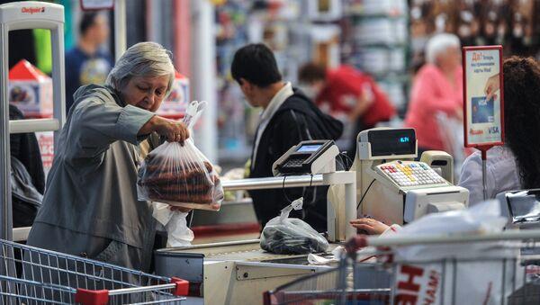 Покупатели в продуктовом гипермаркете. Архивное фото