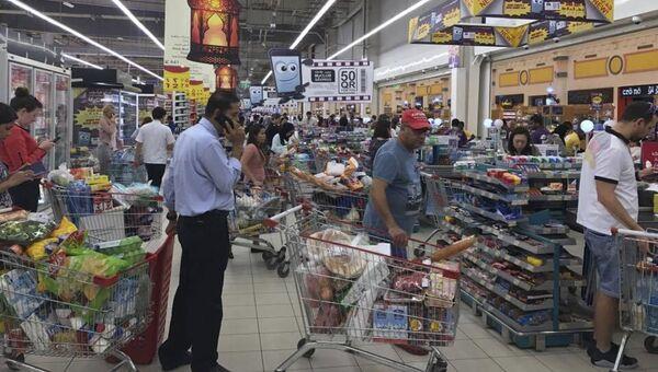 Жители Дохи в супермаркете. Архивное фото