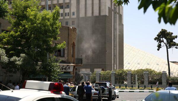 Дым у здания парламента в Тегеране. 7 июня 2017