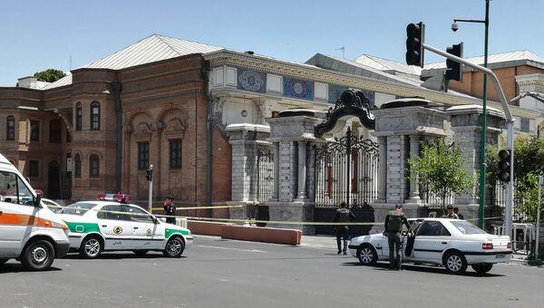 Автомобили скорой помощи и полиции в районе здания парламента в Тегеране. 7 июня 2017