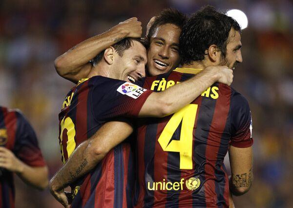 Лионель Месси с игроками Барселоны радуются забитому голу