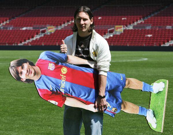 Нападающий футбольного клуба Барселона Лионель Месси позирует фотографам с ростовой фигурой