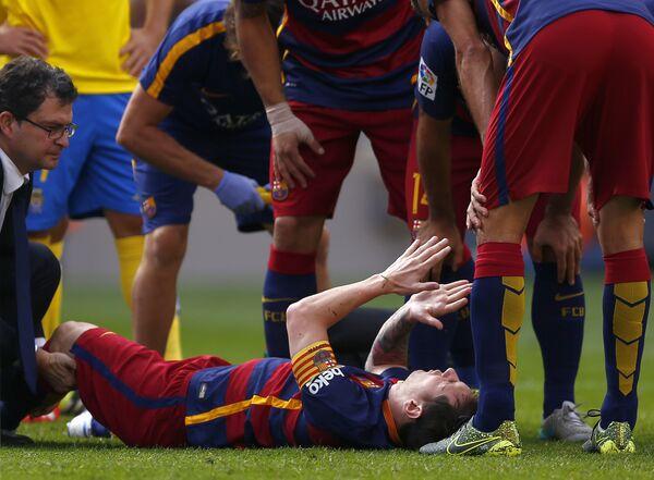 Нападающий футбольного клуба Барселона Лионель Месси получил травму в матче против Лас-Пальмас