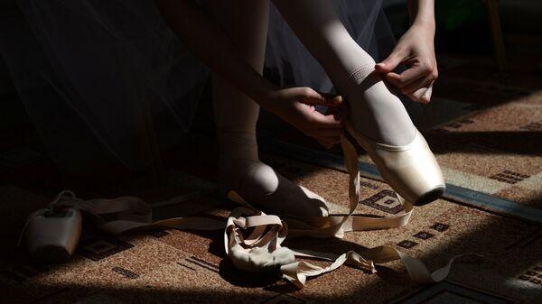 Балерина надевает пуанты