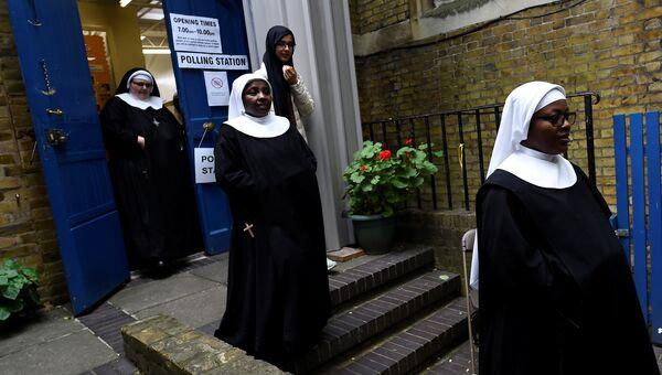 Монахини после голосования на избирательном участке в Гайд-парке, Лондон. 8 июня 2017