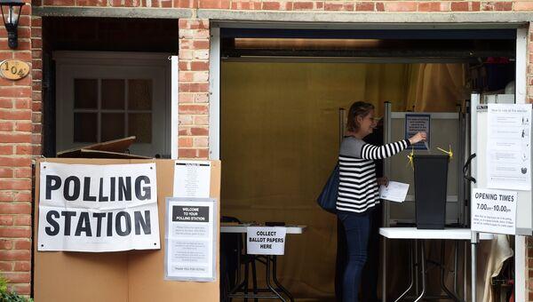 Женщина голосует на избирательном участке в Кройдоне на досрочных парламентских выборах, Великобритания. 8 июня 2017