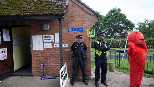 Полицейские дежурят возле избирательного участка в Соннинге, Великобритания. 8 июня 2017