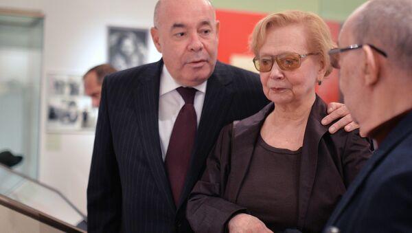 Михаил Швыдкой и дочь Никиты Хрущева Юлия на открытии выставки Хрущев. К 120-летию со дня рождения