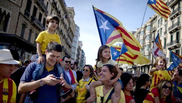 Участники митинга в поддержку референдума о независимости Каталонии в Барселоне. Архивное фото
