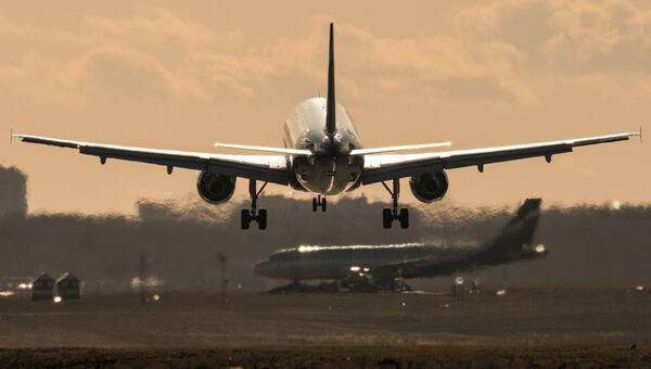 Пассажирский самолет Airbus A320 совершает посадку в международном аэропорту Шереметьево. Архивное фото