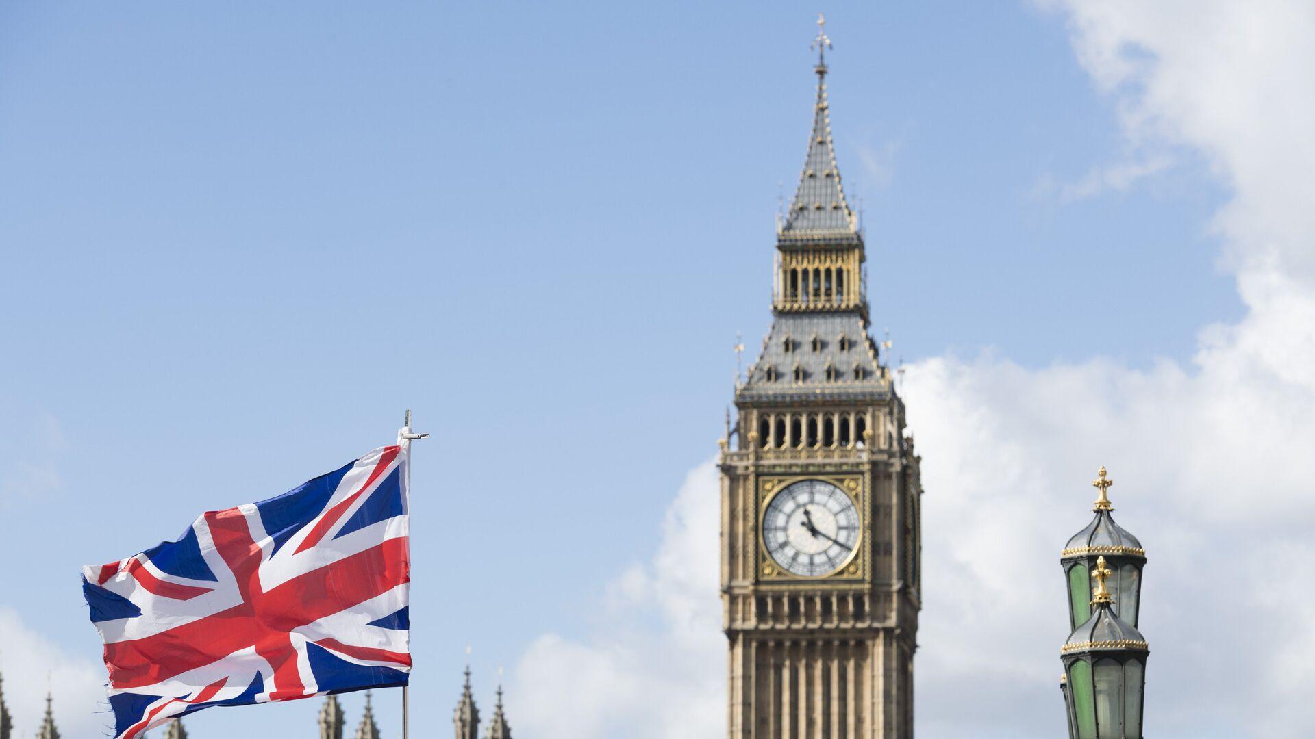 Флаг Великобритании на фоне Вестминстерского дворца в Лондоне - РИА Новости, 1920, 14.03.2021