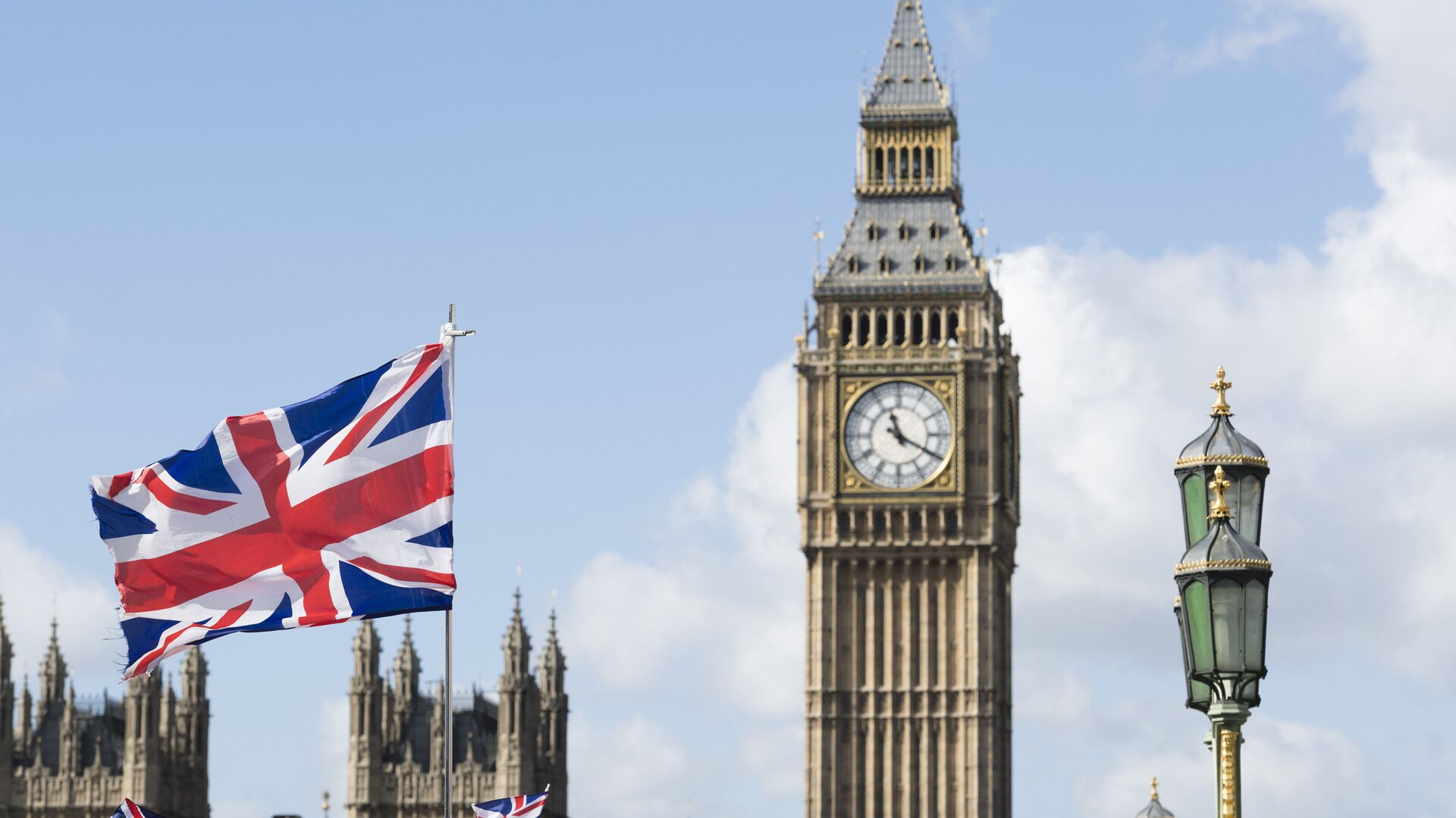 Флаг Великобритании на фоне Вестминстерского дворца в Лондоне - РИА Новости, 1920, 16.03.2021